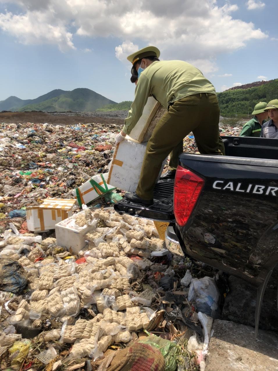 Nghệ An : Kiểm tra, phát hiện vụ việc vận chuyển 400 kg thực phẩm không rõ nguồn gốc, xuất xứ